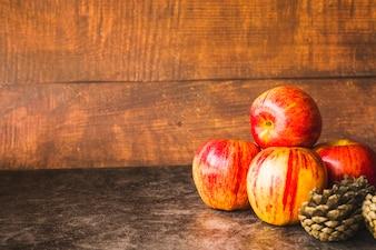 Kompozycja z czerwonych jabłek i szyszek