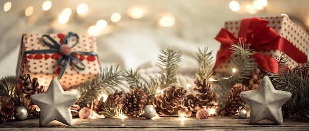 Kompozycja z dekoracjami świątecznymi we wnętrzu