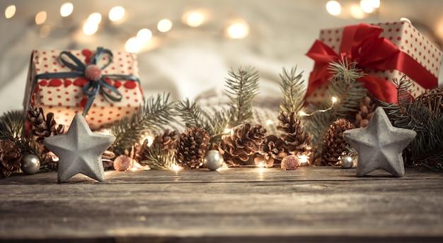 Kompozycja z dekoracjami świątecznymi we wnętrzu.