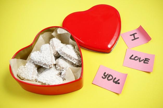 Kompozycja z dekorowanymi ciasteczkami serca w pudełku