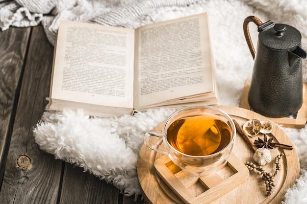 Kompozycja z drewnianymi literami i filiżanką herbaty