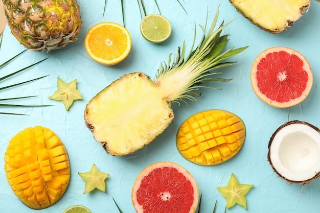 Kompozycja z egzotycznych owoców na niebieskim, widok z góry