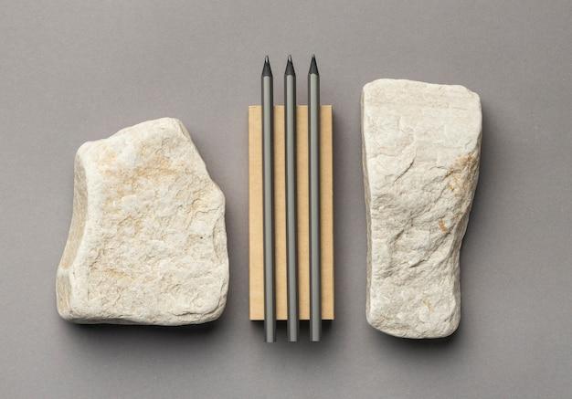 Kompozycja z elementami papeterii na szaro