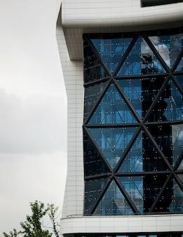 Kompozycja z geometryczną strukturą nowoczesny budynek biurowy