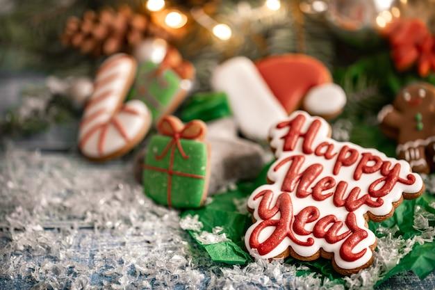 Kompozycja z jasne świąteczne przeszklone pierniki na niewyraźne tło z bokeh. przygotuj ciasteczka do pracy domowej na boże narodzenie.