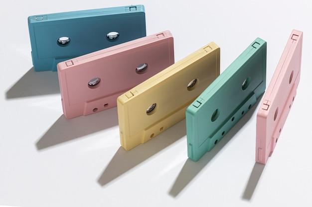 Kompozycja z klasycznymi kasetami magnetofonowymi