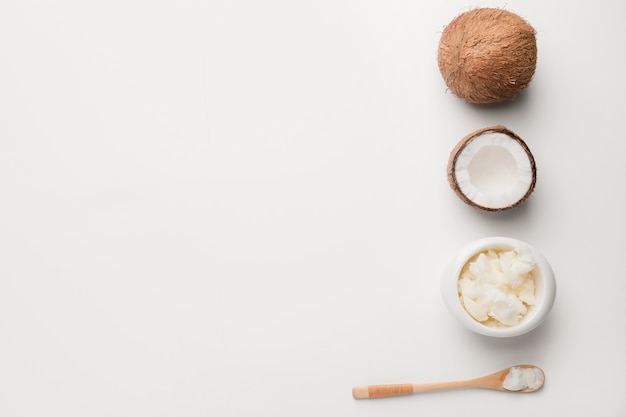 Kompozycja z kokosem i masłem na świetle