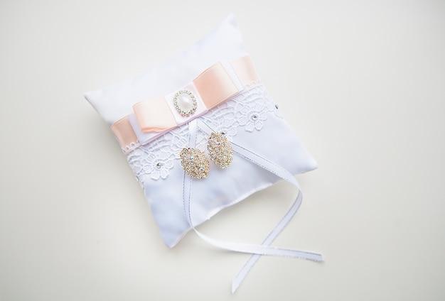 Kompozycja z kolczykami ślubnymi panny młodej