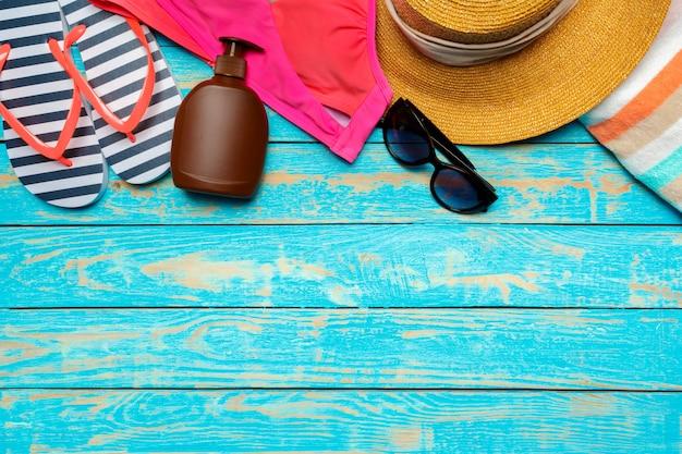 Kompozycja z kostiumem kąpielowym na kolor drewniany