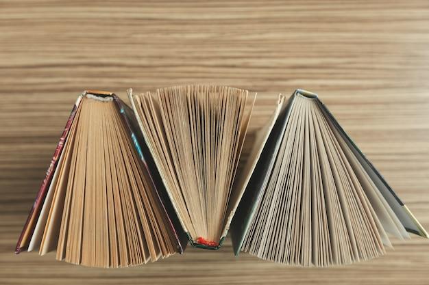 Kompozycja z książkami na stole