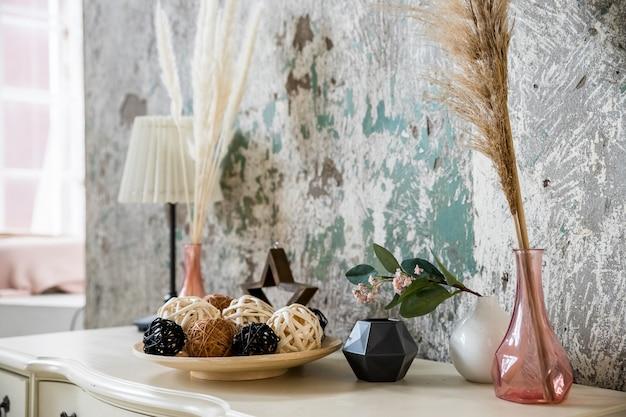 Kompozycja z kwiatami na drewnianym stole. przytulny narożnik w domu z suszonym kwiatem w wazonie