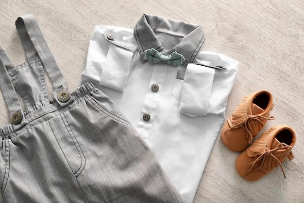 Kompozycja z modnymi ubraniami dla dzieci na drewnie