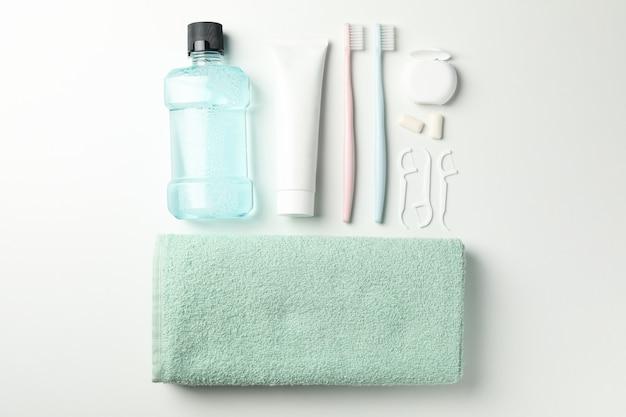 Kompozycja z narzędziami do pielęgnacji zębów na białej powierzchni