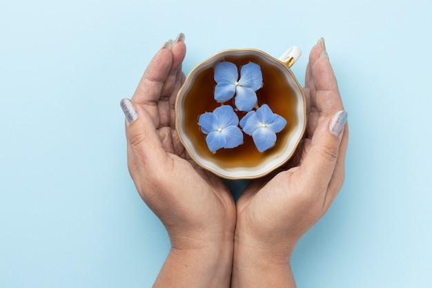 Kompozycja z niebieskiego poniedziałku z filiżanką herbaty