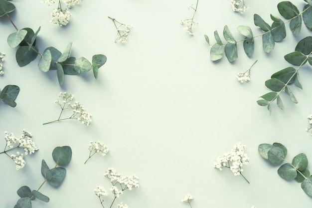Kompozycja z pięknymi kwiatami i liśćmi
