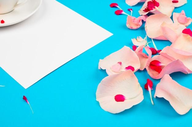 Kompozycja z pięknymi płatkami i notatnikiem na przestrzeni kolorów. koncepcja listy życzeń