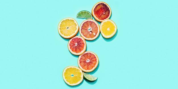 Kompozycja z plastrami owoców cytrusowych, grejpfruta, czerwonej pomarańczy, cytryny, limonki