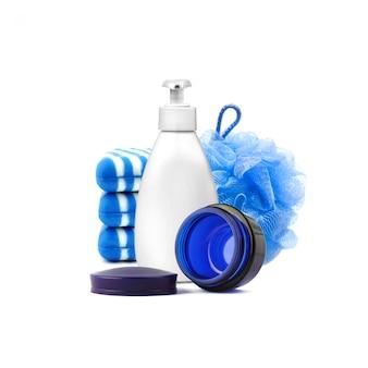 Kompozycja z pojemnikami i przedmiotami do kąpieli i pielęgnacji skóry na białym tle