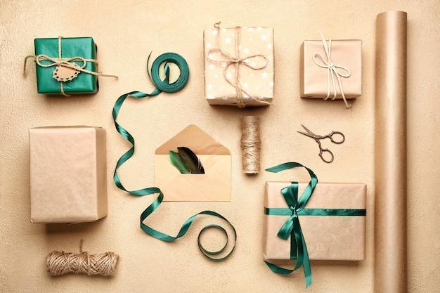 Kompozycja z prezentami na beżu