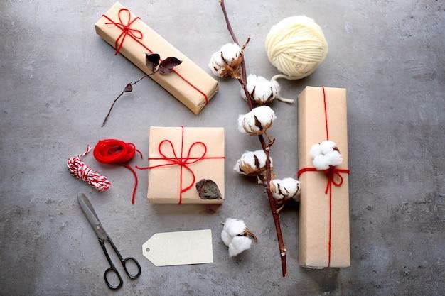 Kompozycja z pudełkami na prezenty na szarym stole