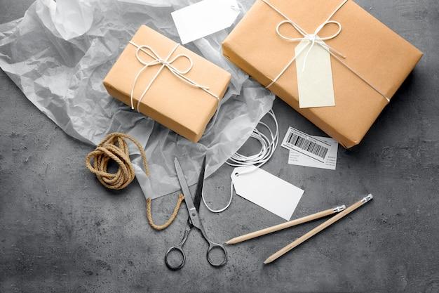 Kompozycja z pudełkami na prezenty na szarym tle