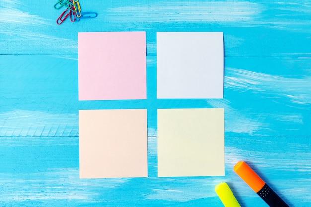 Kompozycja z pustych kolorowych kartek długopisy, ołówki, markery i miejsca na kopię