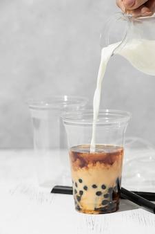 Kompozycja z pysznym tajskim napojem herbacianym