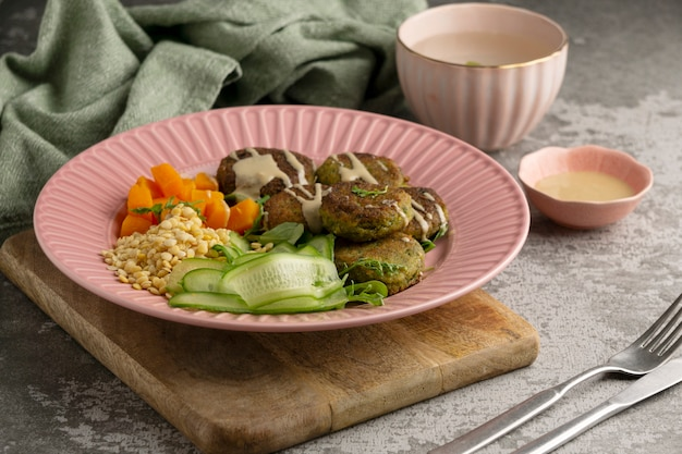 Kompozycja z pysznym wegańskim posiłkiem