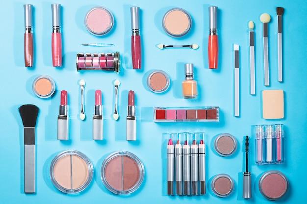 Kompozycja z różnych produktów do makijażu, widok z góry. produkty kosmetyczne i koncepcja mody.