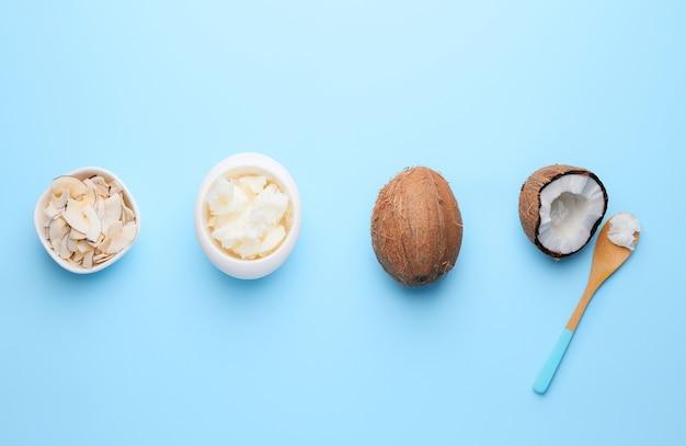 Kompozycja z różnymi produktami kokosowymi na kolor