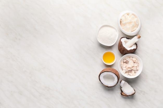 Kompozycja z różnymi produktami kokosowymi na świetle