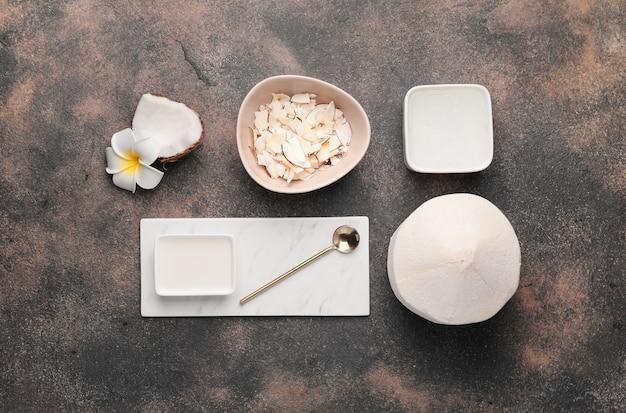 Kompozycja z różnymi produktami kokosowymi na szaro