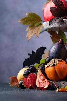 Kompozycja z sezonowymi owocami jesieni. elegancka koncepcja halloween lub święto dziękczynienia