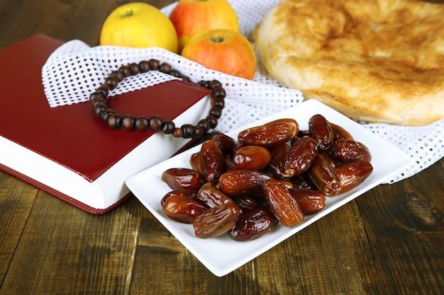 Kompozycja z tradycyjnym jedzeniem ramadanu, na drewnie