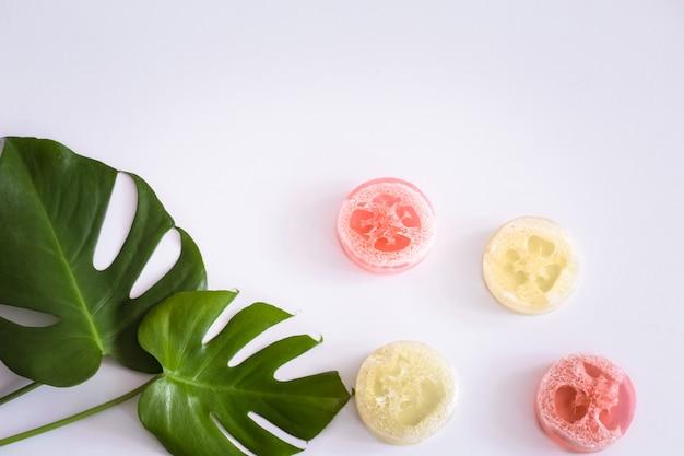 Kompozycja z tropikalnymi liśćmi i mydłem