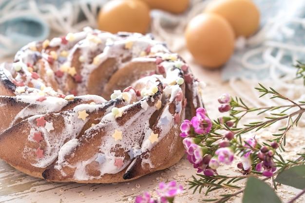Kompozycja z wielkanocnym słodkim ciastem i jajkami