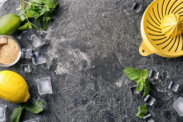 Kompozycja ze składnikami do mojito na szarej fakturze