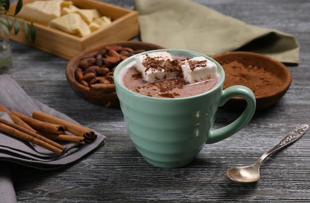 Kompozycja ze smacznym napojem kakaowym na drewnianym stole
