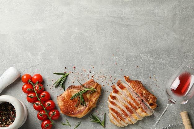 Kompozycja ze smażonych steków, wina i warzyw. jedzenie z grilla