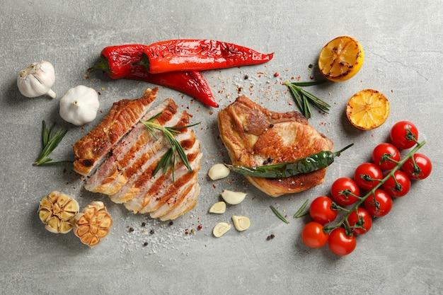 Kompozycja ze smażonymi stekami i przyprawami. jedzenie z grilla