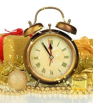 Kompozycja zegara i ozdób choinkowych na białym tle