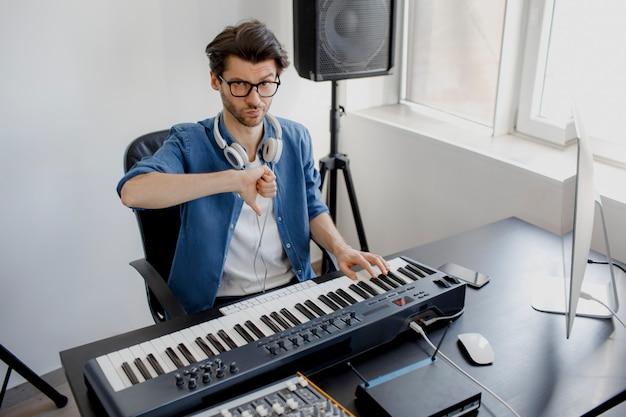 Kompozytor kciuk w dół na studio