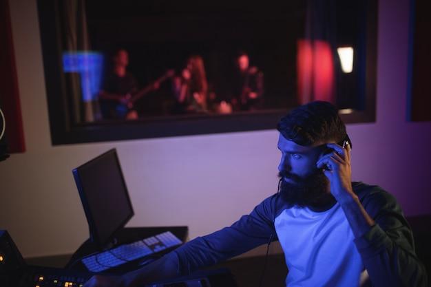 Kompozytor nagrywający muzykę