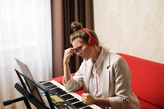 Kompozytorka ma twórcze wypalenie podczas pisania muzyki