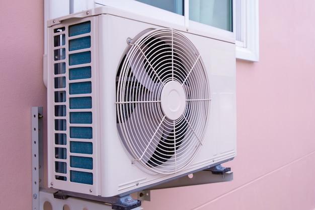 Kompresor do klimatyzatora ściennego zainstalowanego na zewnątrz budynku.