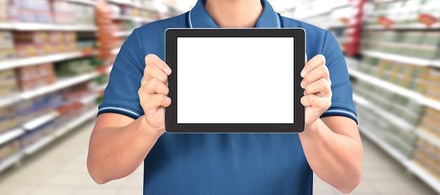 Komputer cyfrowy typu tablet z izolowanym ekranem w męskich rękach