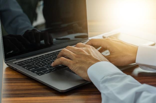 Komputer do ręcznego pisania w biurze
