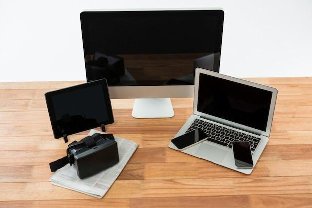 Komputer, laptop, cyfrowy tablet, telefon komórkowy, wirtualny zestaw słuchawkowy i gazeta