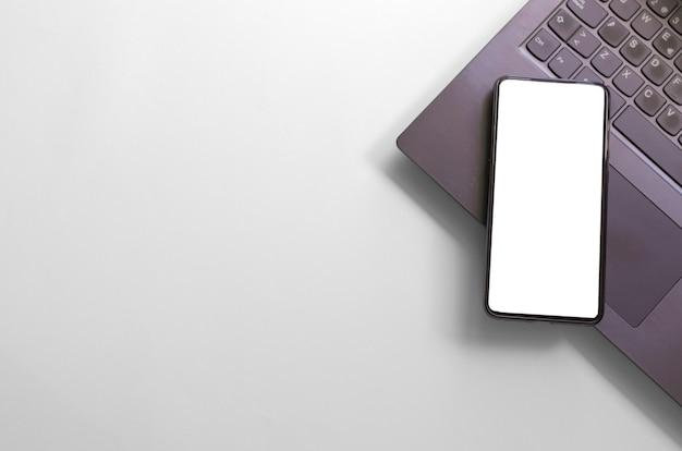 Komputer laptop smartfon na białym tle ekran na białym tle obszaru roboczego