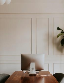 Komputer na drewnianym stole w biurze